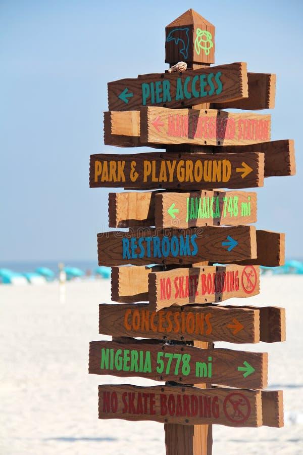Направления знака пляжа вертикальные стоковые фотографии rf