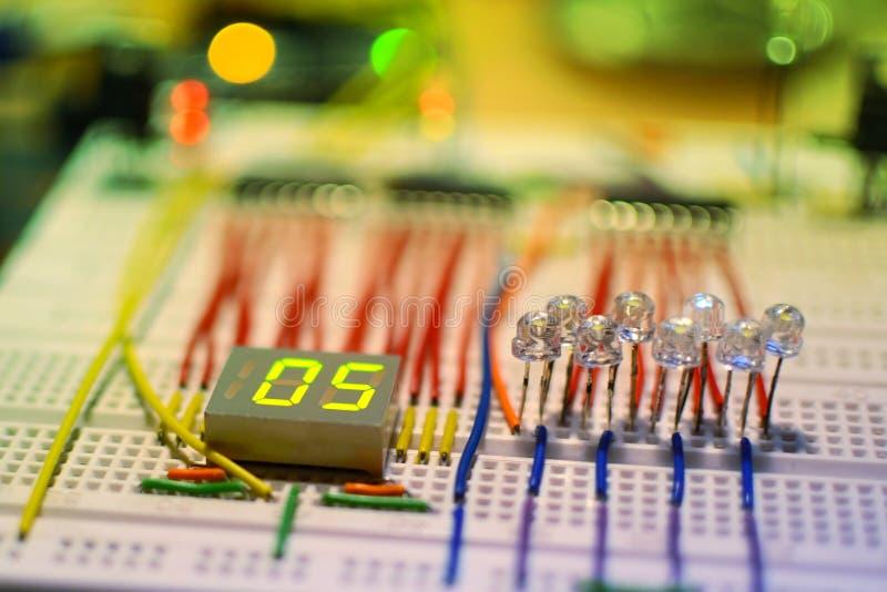 Напряжение тока прототипирования и настоящая показывая система для заряжателя автомобильного аккумулятора DIY на Arduino стоковые изображения