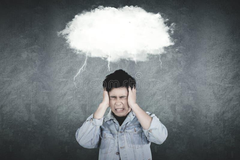 Напряженный азиатский человек стоит под пустым облаком стоковые фотографии rf