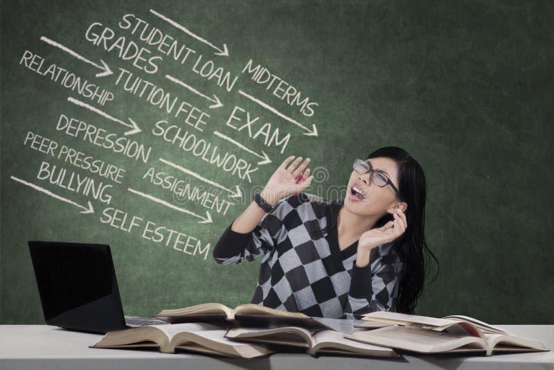 Напряжённая школьница смотря на много проблем стоковые изображения