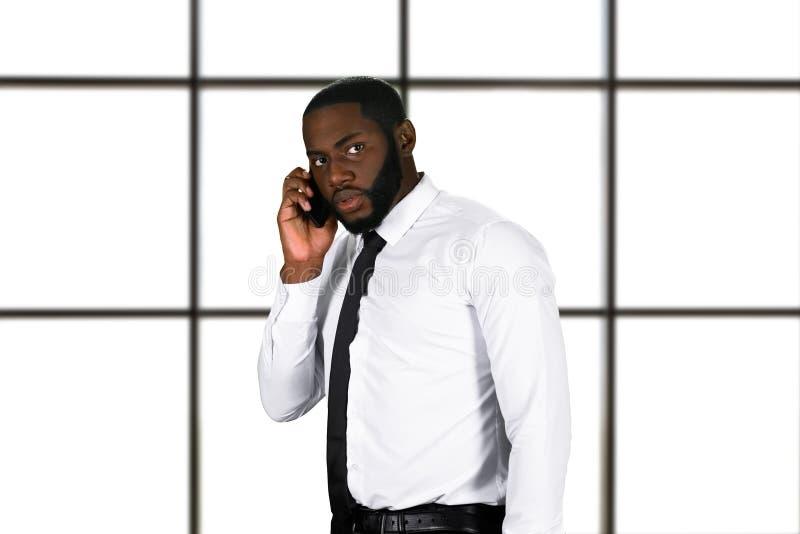 Напряжённое phonetalk в деловом центре стоковая фотография rf