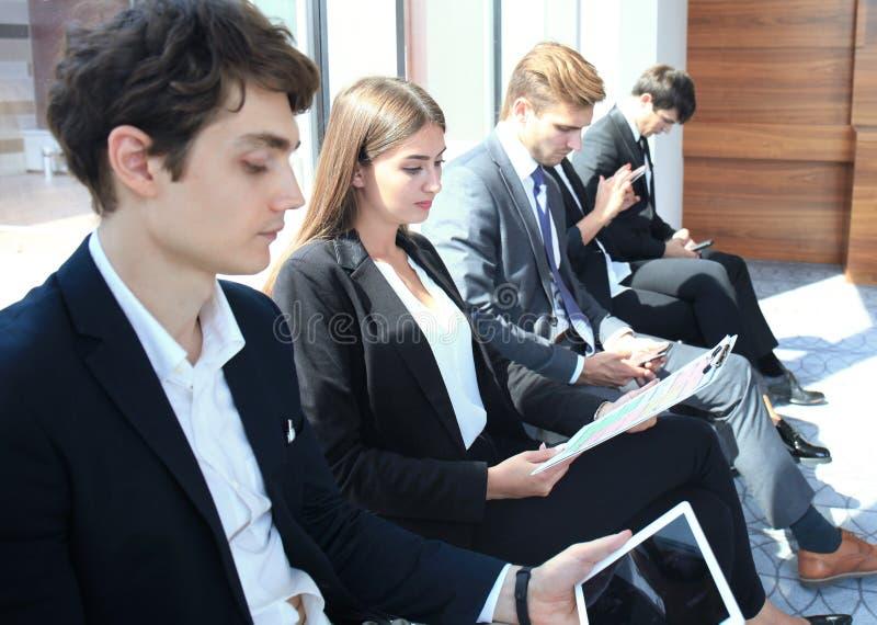Напряжённые люди ждать собеседование для приема на работу стоковые изображения