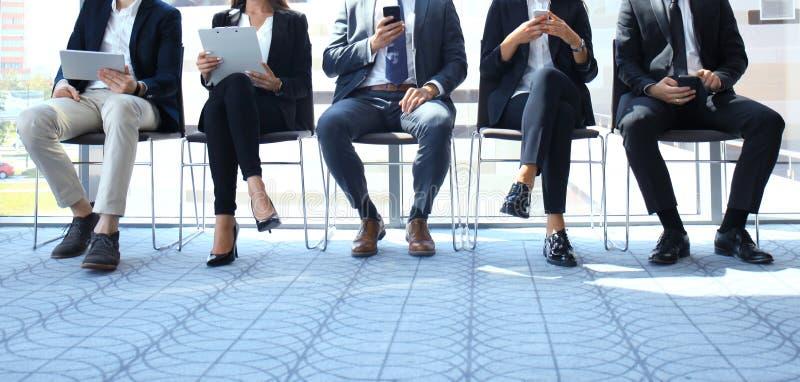 Напряжённые люди ждать собеседование для приема на работу стоковое изображение