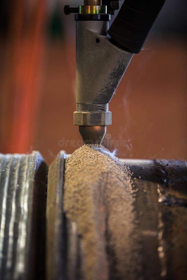Наращивание твердым сплавом мимо погрузит процесс в воду дуговой сварки стоковая фотография