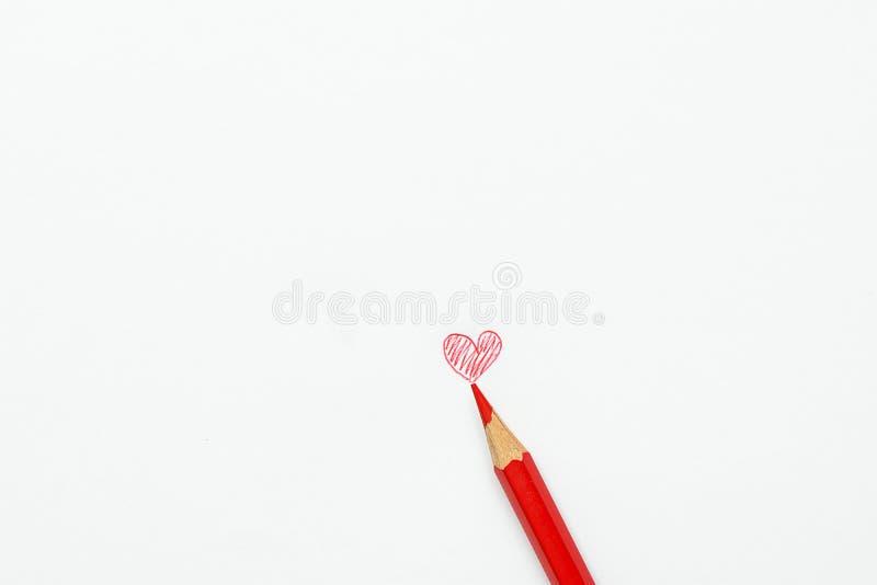 Нарисованный рукой фотоснимок сердца Doodle красный карандаша на белой предпосылке День ` s матери валентинки ягнится влюбленност стоковая фотография rf
