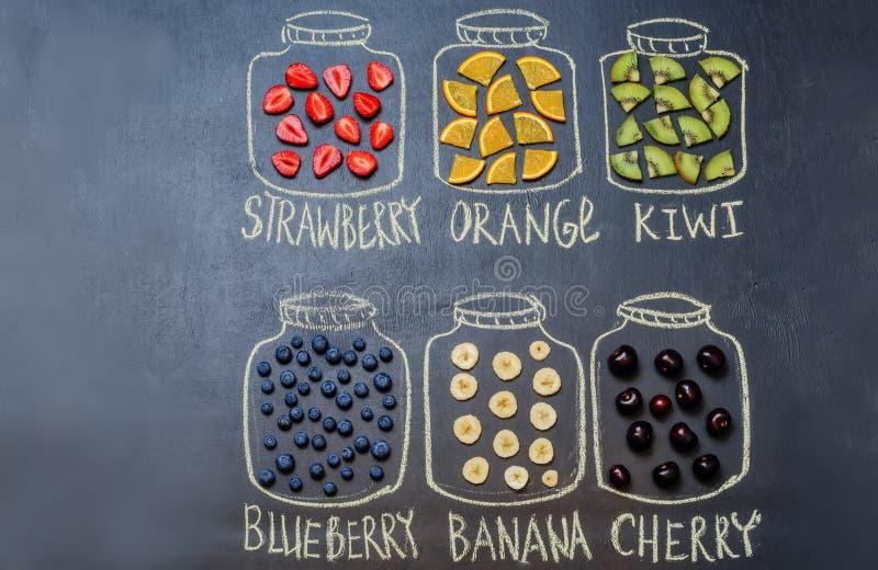 Нарисованный с мелом раздражает с плодоовощ и ягодами стоковое фото rf