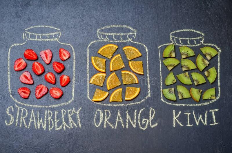 Нарисованный с мелом раздражает с плодоовощ и ягодами стоковое фото