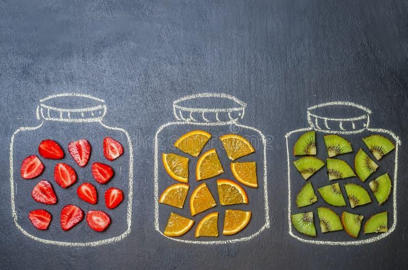 Нарисованный с мелом раздражает с плодоовощ и ягодами стоковые изображения