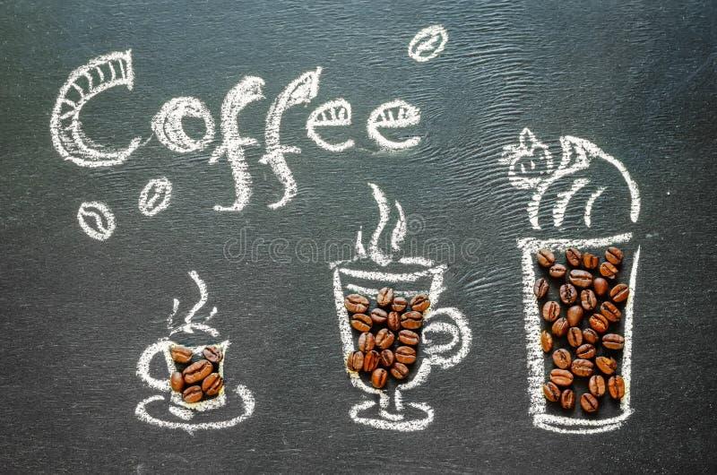 Нарисованный с чашкой кофе мела с кофейными зернами и insc кофе стоковые фото