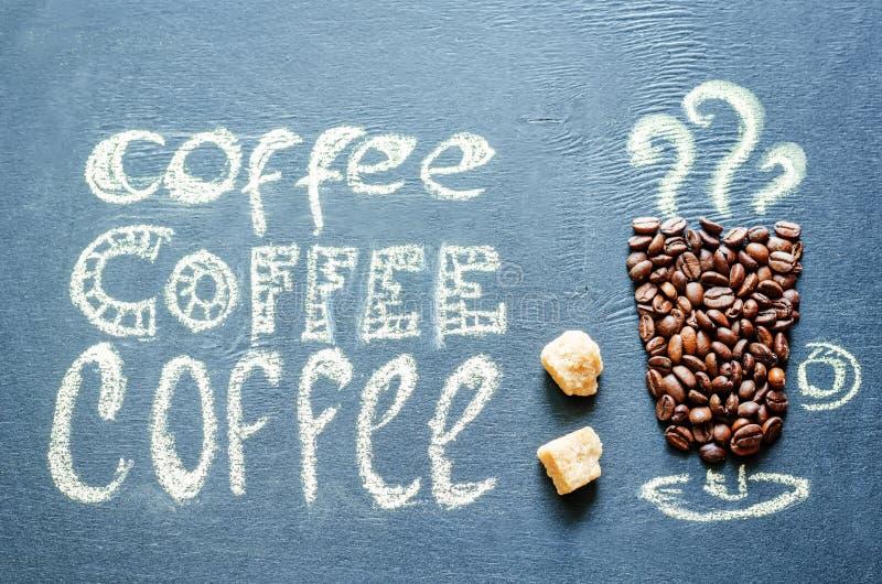 Нарисованный с чашкой кофе мела с кофейными зернами и insc кофе стоковые изображения rf