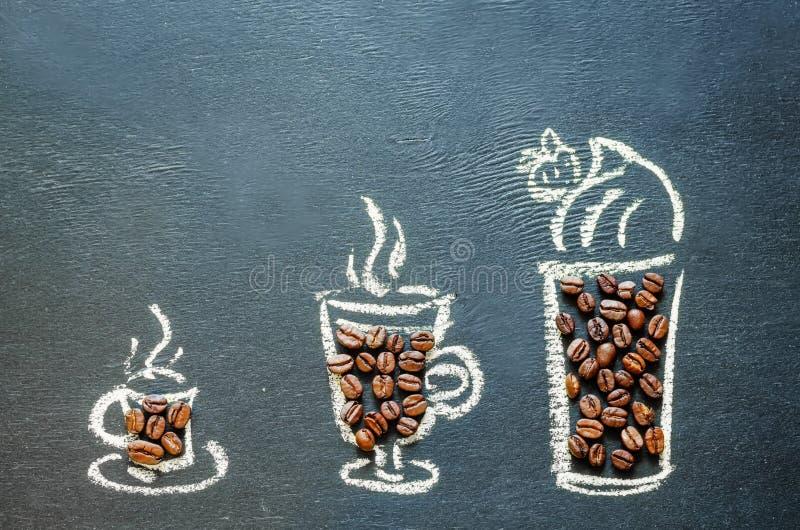 Нарисованный с чашкой кофе мела с кофейными зернами стоковое изображение rf