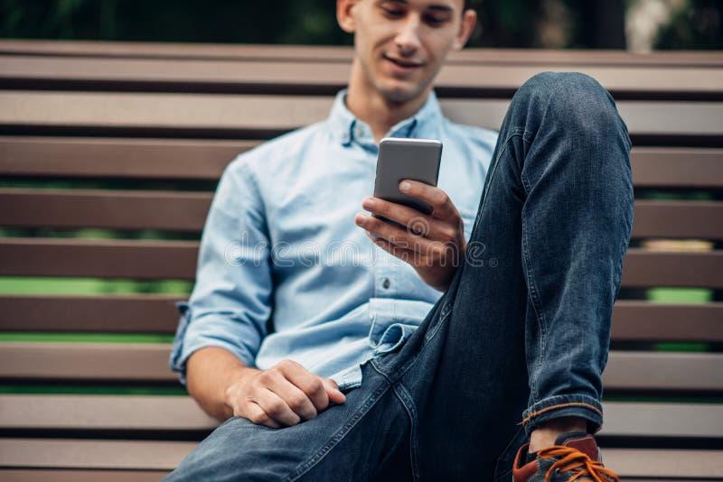 Наркомания телефона, человек наркомана используя smartphone стоковая фотография rf