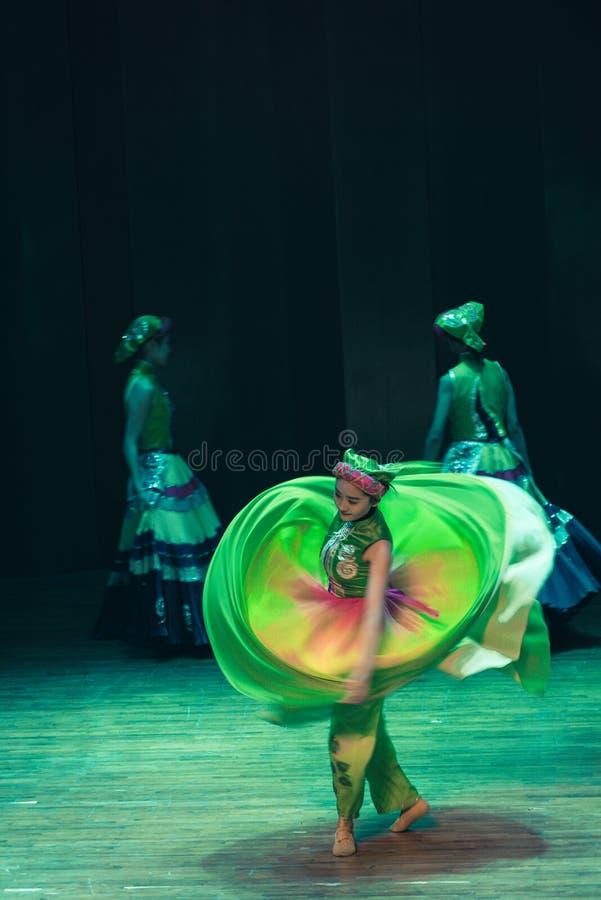 Народный танец Axi скачк-Yi драмы танц-танца закрутки стоковые изображения