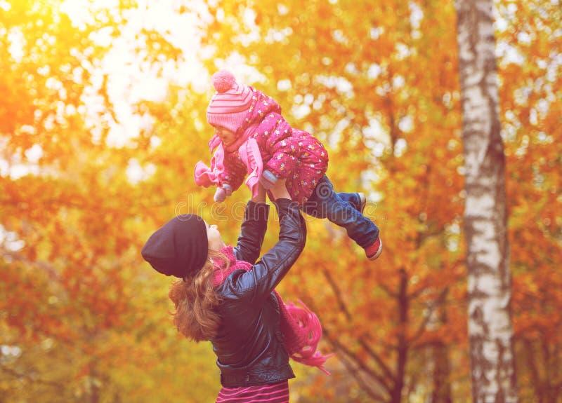 ????? familie. Mamma en babydochter voor gang in de herfst stock fotografie