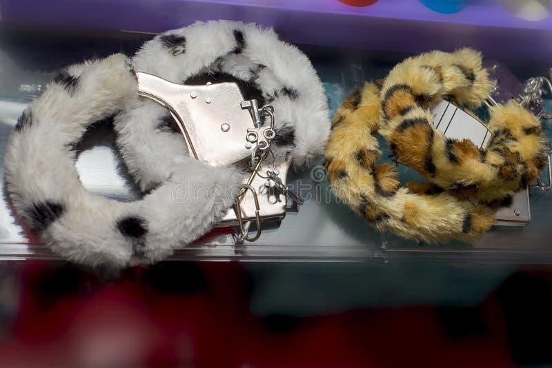 Наручники, игрушки секса, мягкий и меховой стоковое фото rf