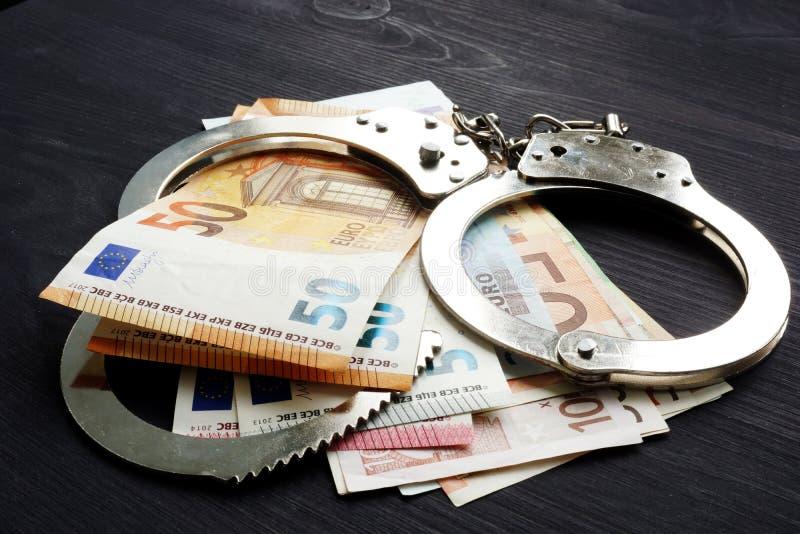 Наручники и банкноты евро Штраф или штраф в ЕС стоковое изображение