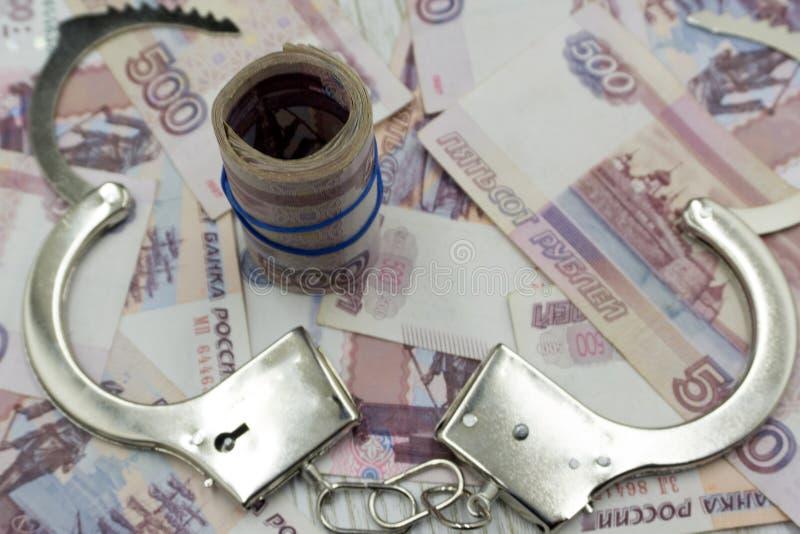 Наручники на русских банкнотах стоковое изображение