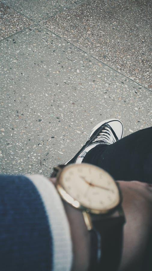 Наручные часы и converse стоковое изображение