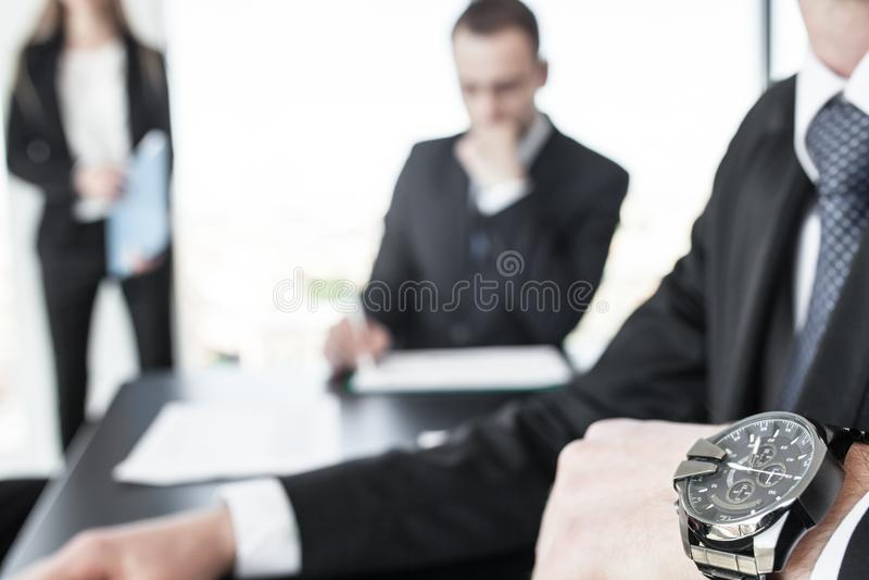Наручные часы на руке бизнесмена стоковые изображения rf