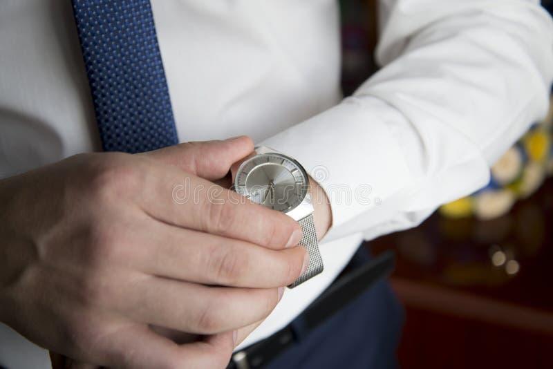 Наручные часы на руке девушки перед ноутбуком стоковое фото