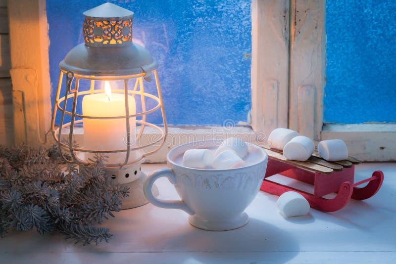 Насладитесь вашим вкусным шоколадом рождества с зефирами и свечой стоковое изображение rf
