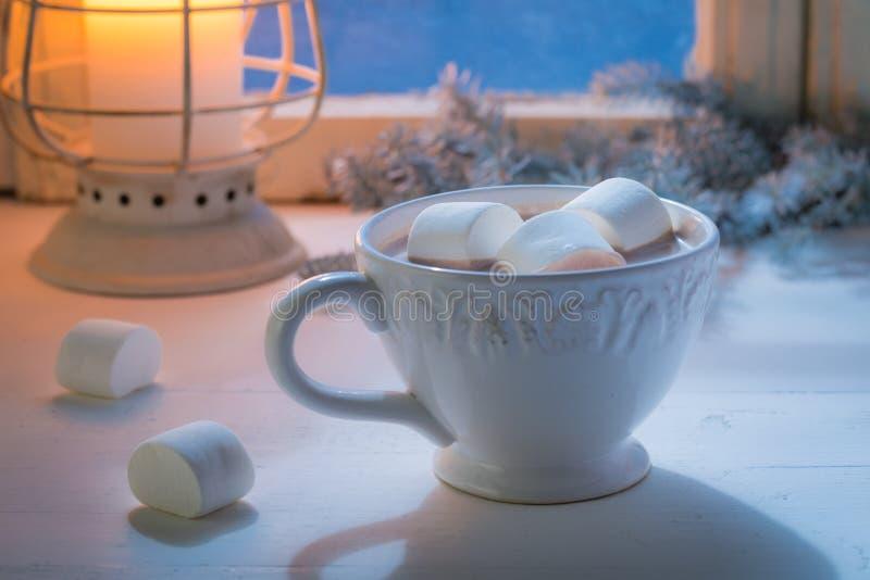 Насладитесь вашим домодельным шоколадом рождества с зефирами и свечой стоковая фотография