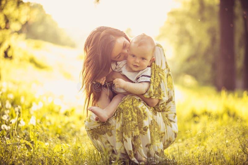 Насладитесь в влюбленности между мной и моим ребёнком будьте матерью детенышей стоковое изображение rf