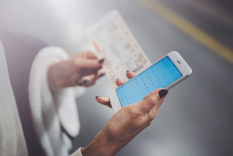 Насладитесь железнодорожной концепцией перехода Милая женщина используя smartphone пока стоящ в вокзале горизонтальный крупный пл стоковое фото
