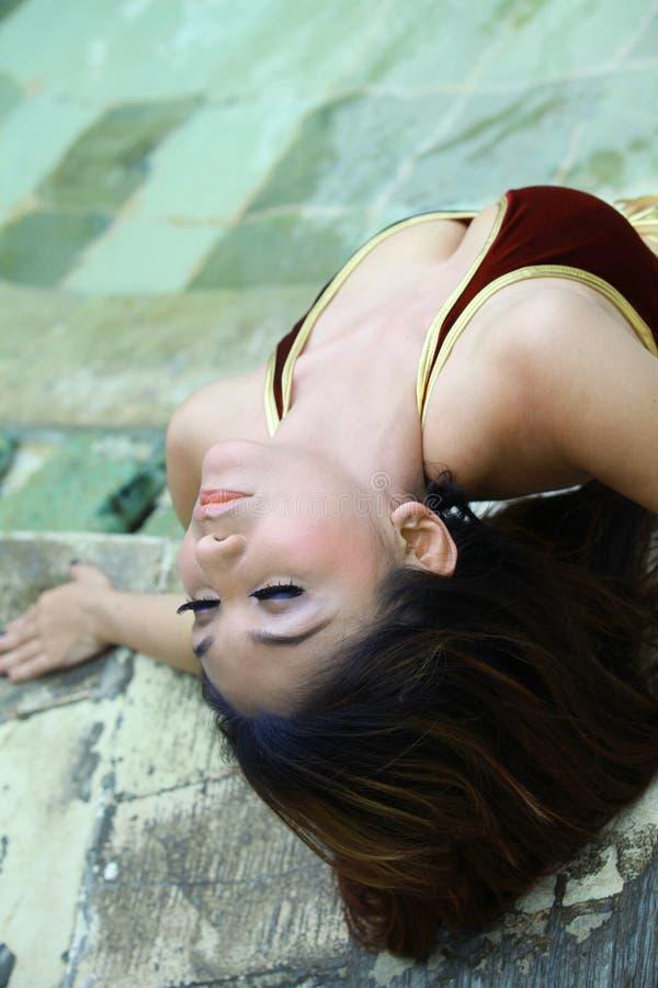 насладитесь напольной сексуальный женщиной стоковая фотография rf