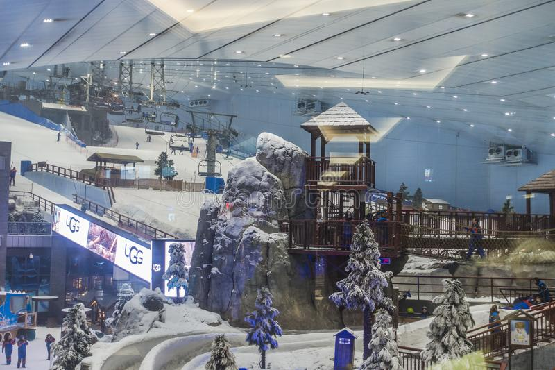 Насладитесь снегом в пустыне на лыже Дубай стоковая фотография