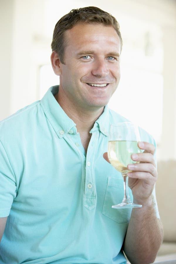 наслаждаться вином стеклянного человека белым стоковое фото rf