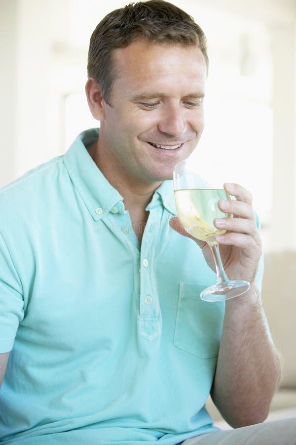 наслаждаться вином стеклянного человека белым стоковая фотография rf