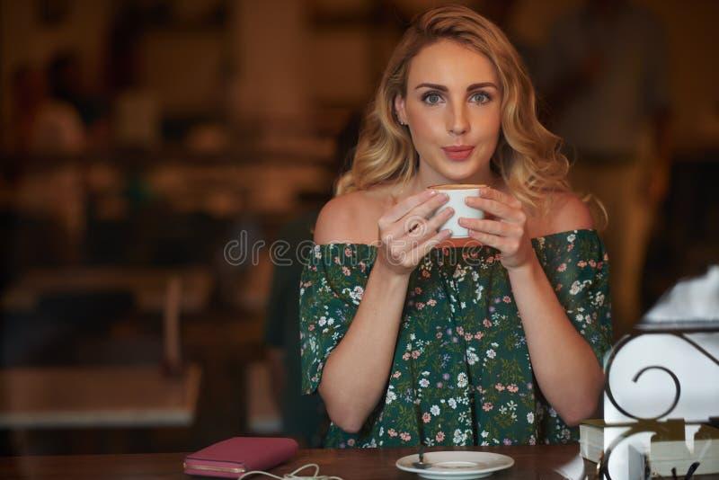 Наслаждаться вкусным кофе стоковая фотография