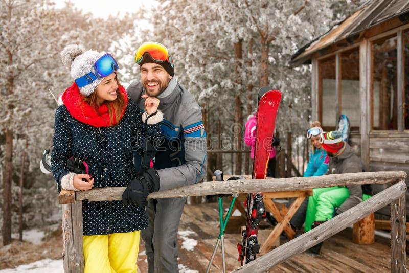 Наслаждаться в красивых парах дня зимы на коттедже горы стоковое фото rf