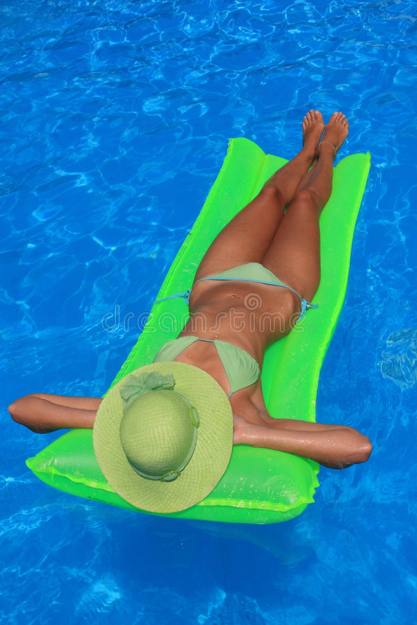 наслаждаться детенышами женщины заплывания бассеина стоковые фотографии rf