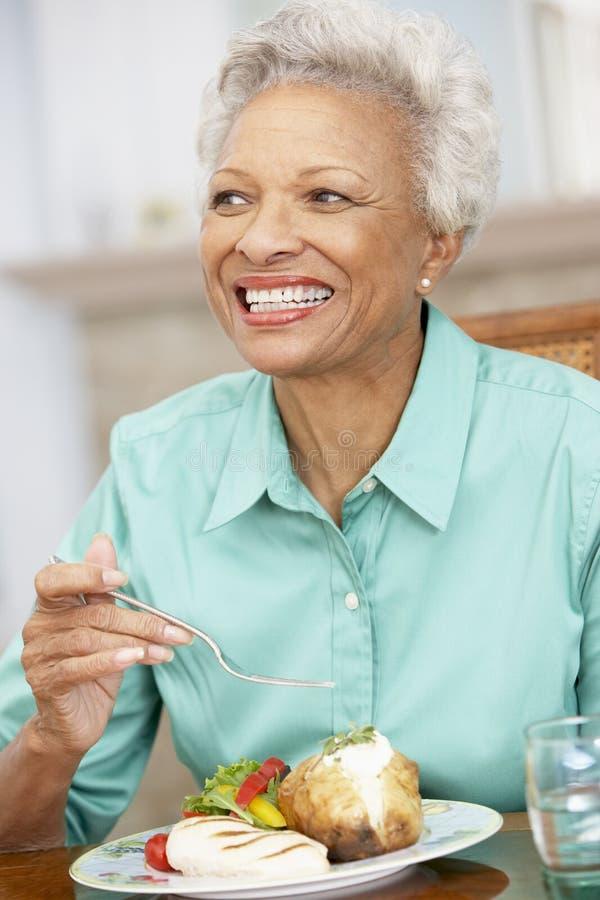 наслаждаться домашней женщиной старшия еды стоковая фотография rf