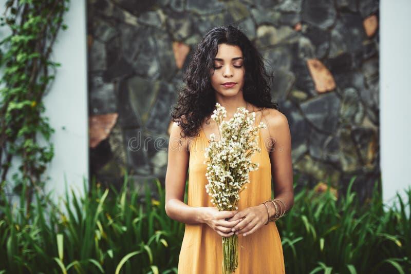 Наслаждаться запахом цветков стоковые фото