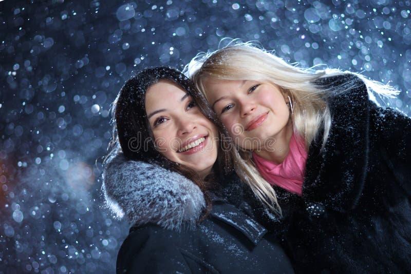 наслаждаться зимой девушок стоковые фотографии rf