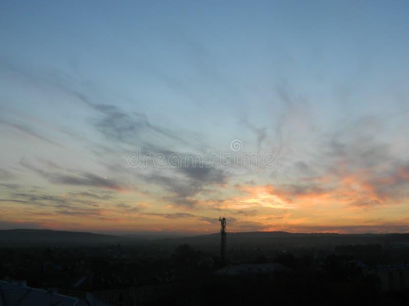 Наслаждаться красивым заходом солнца стоковые изображения