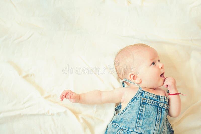 Наслаждаться любимыми catoons детство и счастье Небольшая девушка с милой стороной _ Портрет счастливого маленького ребенка стоковые изображения