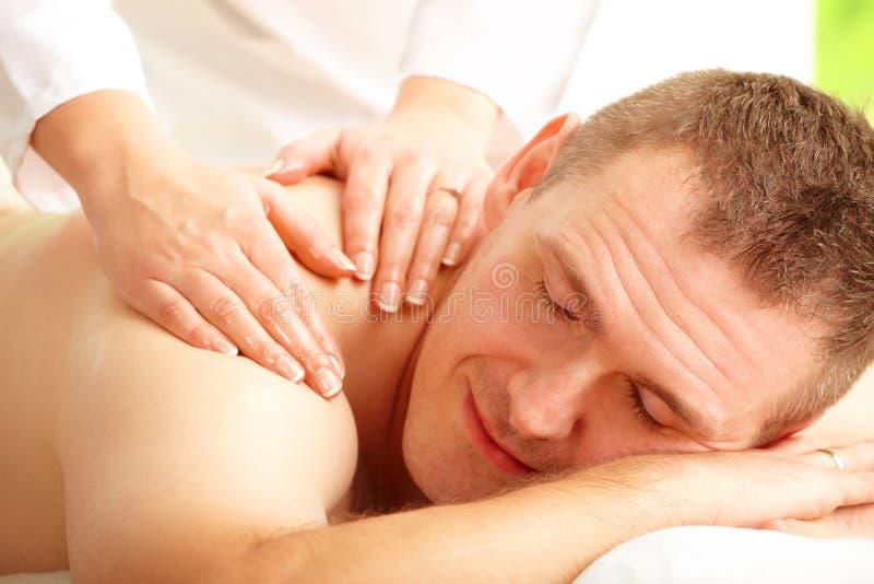 наслаждаться мыжской обработкой массажа стоковое изображение