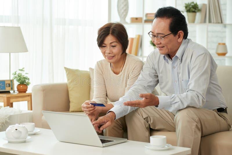Наслаждаться онлайн покупками стоковое фото rf