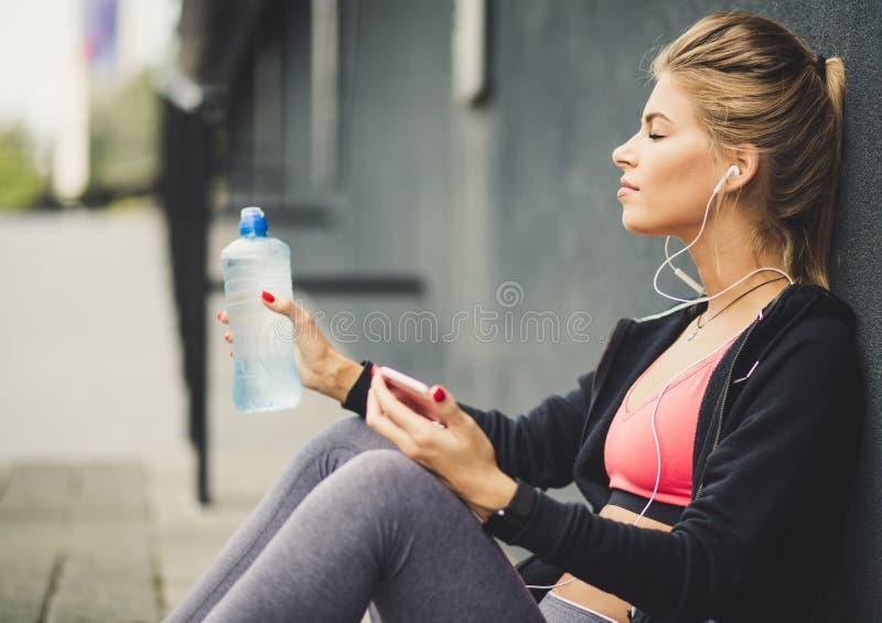 Наслаждаться перерывом и хорошей музыкой стоковые фото