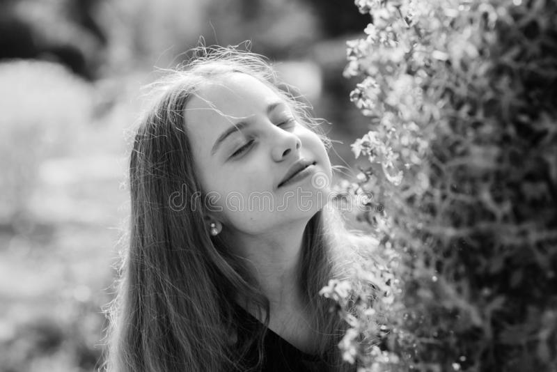 Наслаждаться природой Ребенок ребенк милый причудливый потратить время в парке Исследуйте сад Отклонение к ботаническому саду r стоковое изображение rf