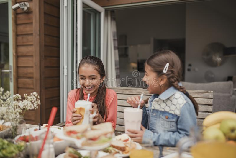 Наслаждаться Milkshakes на празднике стоковые изображения rf