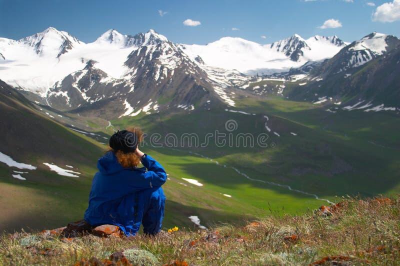 наслаждаясь женщина горного вида 2 стоковое изображение rf