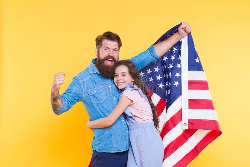 Наслаждение жизни и свободы Патриотическая семья празднуя американскую свободу на День независимости Отец и маленький стоковое фото