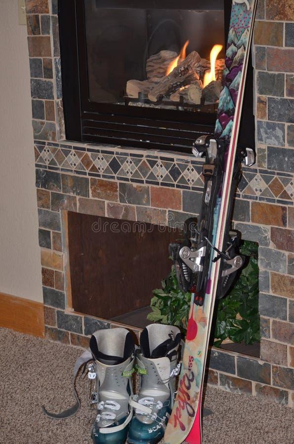 наслаждение Après-лыжи: теплый увольняйте назад на кондо стоковые изображения rf