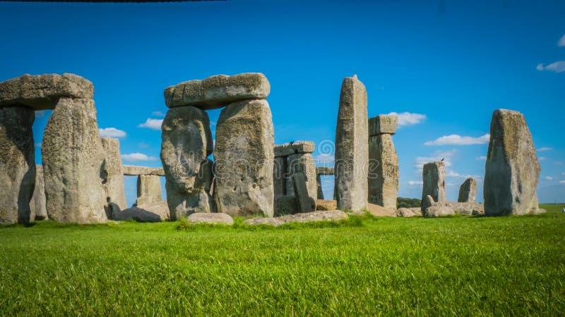 Наследие ЮНЕСКО Стоунхендж во взгляде со стороны Великобритании за зеленым полем стоковое изображение rf