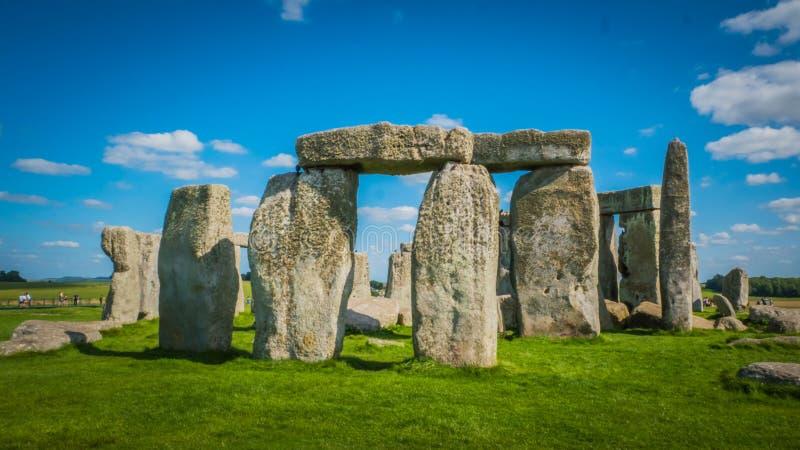 Наследие ЮНЕСКО Стоунхендж в главном входе вида спереди Великобритании на солнечный день стоковые изображения